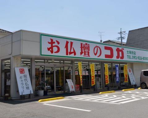 明るく落ち着いた雰囲気の店内には、手前に線香・仏具、奥に行くに従って大きなサイズの仏壇が並びます。